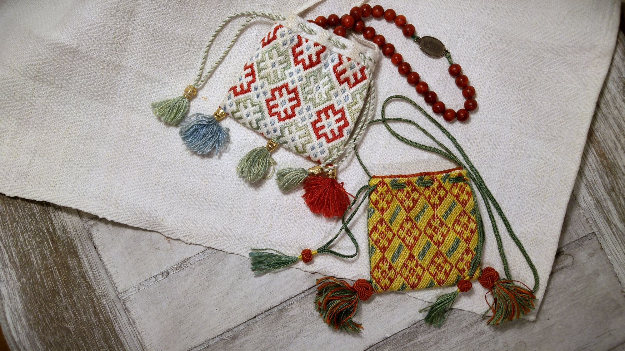 alms purse, alms pouch, almosenbeutel, reliquienbeutel, reliquary pouch, reliquary purse, replica, Replik, Ziegelstich, brick stitch, medieval, embroidery, living history, historische,  embroidered,  Mittelalter, mittelalterliche, historische, Stickerei, Sticktechnik, middle ages, muster, pattern, counted embroidery, zählstickerei