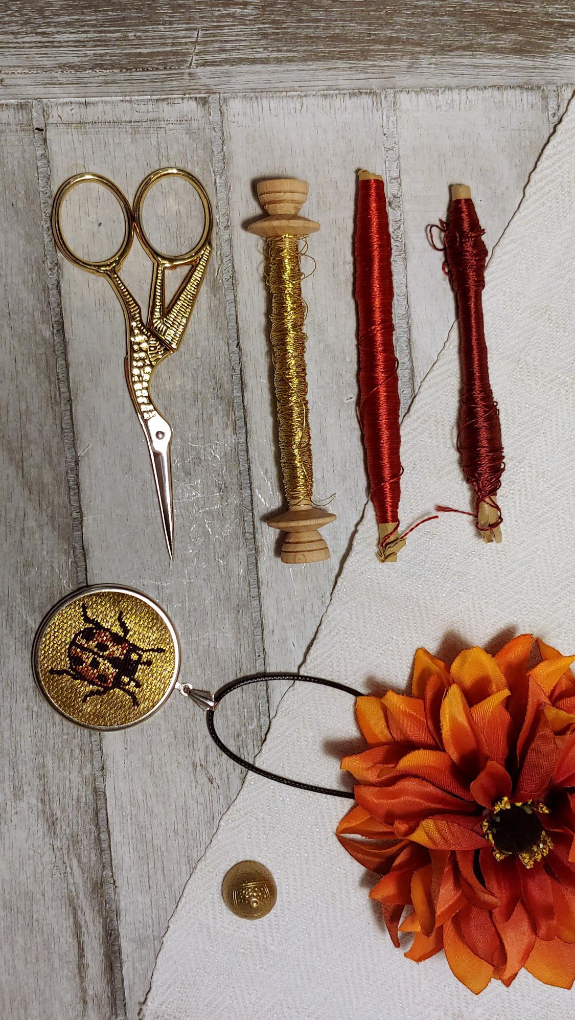 taccessoire, bestickter, blumen, blumenstickerei, botanical, dirndl, dirndlaccessoire, dirndlaccessoires , dirndlhochzeit, dirndlkette, dirndlschmuck, diy, embroidered, embroidery, floral, florals, flowers, gestickte, gestickter, handgestickt, handmade, handstitched, Handwerk, individuell, kettenanhänger , nach Wunsch, natural, pendant, pflanzengefärbt, pflanzengefärbte, plantdyed, schmuck, seide, silk, stitched, Tirol, tracht, trachtenhochzeit, trachtenmode, trachtenschmuck , trachtenstickerei, Unikat, Tradition, altes, alte, Fäden, goldfaden, goldthread, or nué, marienkäfer, ladybug